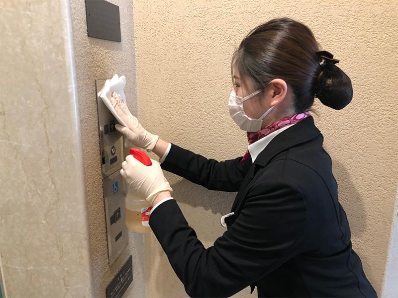エレベーターボタンのアルコール消毒